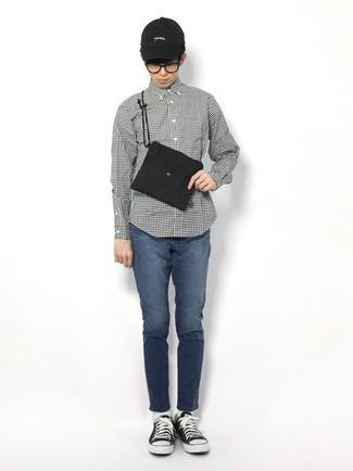 Teenager: Transparente Sonnenbrille kombinieren – 155 Herren Outfits: Ein weißes und schwarzes Langarmhemd mit Vichy-Muster und eine transparente Sonnenbrille sind eine kluge Outfit-Formel für Ihre Sammlung. Fühlen Sie sich mutig? Komplettieren Sie Ihr Outfit mit schwarzen und weißen Segeltuch niedrigen Sneakers.