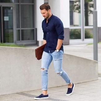 Wie kombinieren: dunkelblaues Langarmhemd, hellblaue enge Jeans mit Destroyed-Effekten, dunkelblaue Slip-On Sneakers, braune Leder Clutch Handtasche