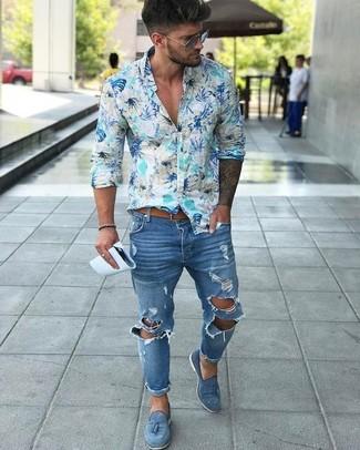 Wie kombinieren: hellblaues Langarmhemd mit Blumenmuster, blaue enge Jeans mit Destroyed-Effekten, blaue Wildleder Slipper mit Quasten, beige Ledergürtel