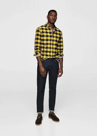 Wie kombinieren: gelbes Flanell Langarmhemd mit Karomuster, graues Langarmshirt mit einer Knopfleiste, schwarze Jeans, schwarze Wildleder Derby Schuhe