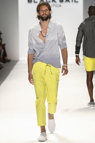 Wie kombinieren: graues Langarmhemd, gelbe Chinohose, weiße Slip-On Sneakers, hellbeige Armband