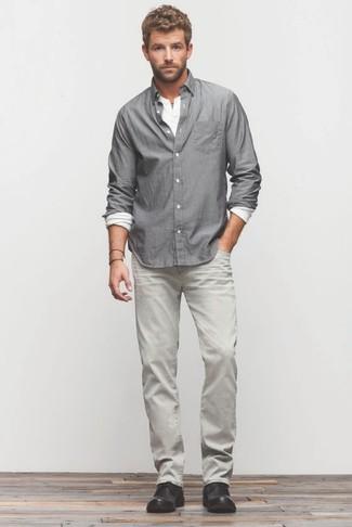 Wie kombinieren: graues Langarmhemd, weißes Langarmshirt mit einer Knopfleiste, graue Jeans, schwarze Chukka-Stiefel aus Leder