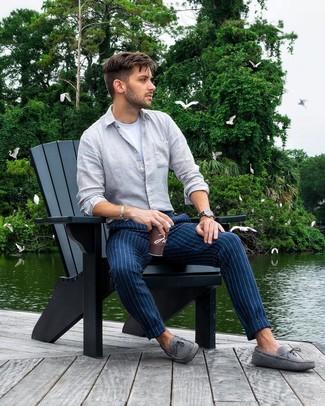 Wie kombinieren: graues Leinen Langarmhemd, weißes T-Shirt mit einem Rundhalsausschnitt, dunkelblaue vertikal gestreifte Chinohose, graue Wildleder Mokassins