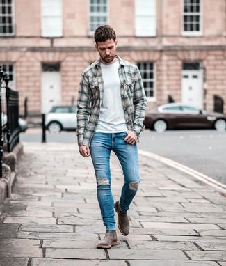 Blaue enge Jeans mit Destroyed-Effekten kombinieren: Für ein bequemes Couch-Outfit, erwägen Sie das Tragen von einem grauen Flanell Langarmhemd mit Schottenmuster und blauen engen Jeans mit Destroyed-Effekten. Entscheiden Sie sich für grauen Chelsea-Stiefel aus Wildleder, um Ihr Modebewusstsein zu zeigen.