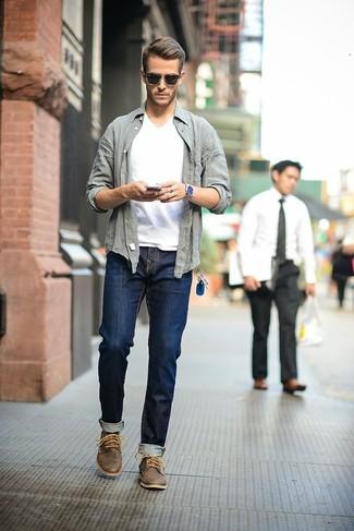 Entscheiden Sie sich für ein graues Langarmhemd und dunkelblauen Jeans für einen bequemen Alltags-Look. Dunkelbraune Chukka-Stiefel aus Leder fügen sich nahtlos in einer Vielzahl von Outfits ein.