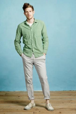 Wie kombinieren: grünes Langarmhemd, weißes T-Shirt mit einem Rundhalsausschnitt, graue Chinohose, hellbeige Segeltuch niedrige Sneakers