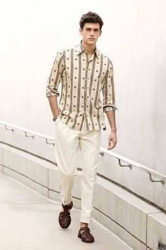 Weiße Anzughose kombinieren – 2 Casual Herren Outfits: Erwägen Sie das Tragen von einem hellbeige bedruckten Langarmhemd und einer weißen Anzughose, um vor Klasse und Perfektion zu strotzen. Fühlen Sie sich ideenreich? Wählen Sie dunkelbraunen Ledersandalen.