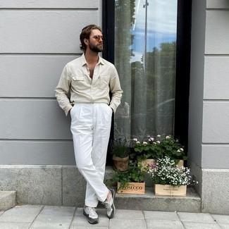 Hellbeige Langarmhemd kombinieren – 255 Herren Outfits: Entscheiden Sie sich für ein hellbeige Langarmhemd und eine weiße Anzughose für eine klassischen und verfeinerte Silhouette. Suchen Sie nach leichtem Schuhwerk? Vervollständigen Sie Ihr Outfit mit grauen Sportschuhen für den Tag.