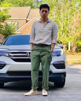 Wie kombinieren: hellbeige Leinen Langarmhemd, grüne Cargohose, hellbeige Leder niedrige Sneakers, dunkelbrauner Ledergürtel