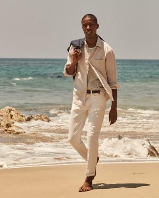 Wie kombinieren: hellbeige Leinen Langarmhemd, weißes horizontal gestreiftes T-Shirt mit einem Rundhalsausschnitt, hellbeige Chinohose, dunkelblauer geflochtener Segeltuchgürtel