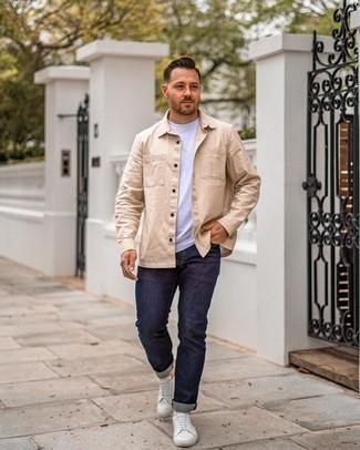 Hellbeige Langarmhemd kombinieren – 434 Herren Outfits: Tragen Sie ein hellbeige Langarmhemd und dunkelblauen Jeans für ein Alltagsoutfit, das Charakter und Persönlichkeit ausstrahlt. Weiße Leder niedrige Sneakers sind eine perfekte Wahl, um dieses Outfit zu vervollständigen.