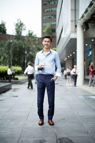 Herren Outfits & Modetrends 2020: elegante Outfits: Erwägen Sie das Tragen von einem hellblauen Langarmhemd und einer dunkelblauen Anzughose für eine klassischen und verfeinerte Silhouette. Fühlen Sie sich mutig? Komplettieren Sie Ihr Outfit mit braunen Leder Oxford Schuhen.