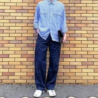 30 Jährige: Hellblaues vertikal gestreiftes Langarmhemd kombinieren – 110 Herren Outfits: Kombinieren Sie ein hellblaues vertikal gestreiftes Langarmhemd mit einer dunkelblauen Cargohose, um mühelos alles zu meistern, was auch immer der Tag bringen mag. Ergänzen Sie Ihr Look mit weißen Segeltuch niedrigen Sneakers.
