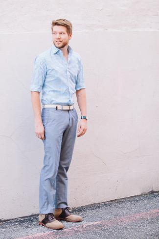 Wie kombinieren: hellblaues Langarmhemd mit Vichy-Muster, blaue Chambray Chinohose, beige Wildleder Oxford Schuhe, weißer Segeltuchgürtel
