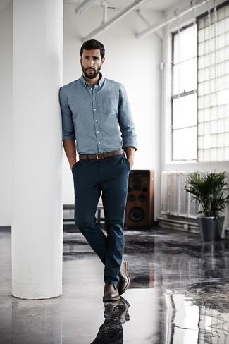 Wie kombinieren: hellblaues Chambray Langarmhemd, dunkelblaue Chinohose, dunkelbraune Chukka-Stiefel aus Leder, brauner Ledergürtel