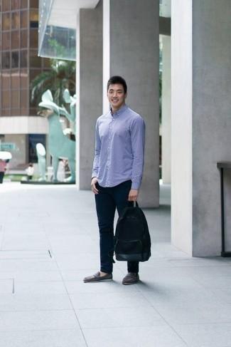 Herren Outfits & Modetrends 2020: Smart-Casual-Outfits: Erwägen Sie das Tragen von einem hellblauen Langarmhemd mit Karomuster und einer dunkelblauen Chinohose, um einen lockeren, aber dennoch stylischen Look zu erhalten. Graue Wildleder Slipper sind eine einfache Möglichkeit, Ihren Look aufzuwerten.