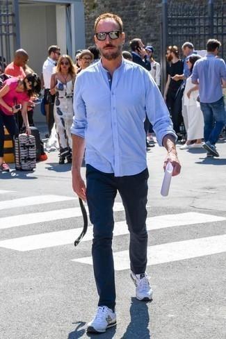 Silberne Sonnenbrille kombinieren: trends 2020: Entscheiden Sie sich für Komfort in einem hellblauen Langarmhemd und einer silbernen Sonnenbrille. Ergänzen Sie Ihr Look mit weißen Sportschuhen.