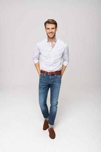 Rotbraunen Ledergürtel kombinieren: trends 2020: Für ein bequemes Couch-Outfit, tragen Sie ein hellblaues vertikal gestreiftes Langarmhemd und einen rotbraunen Ledergürtel. Ergänzen Sie Ihr Outfit mit braunen Wildleder Slippern, um Ihr Modebewusstsein zu zeigen.