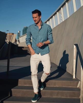 Wie kombinieren: hellblaues Chambray Langarmhemd, weiße Jeans mit Destroyed-Effekten, dunkeltürkise Wildleder niedrige Sneakers, silberne Uhr