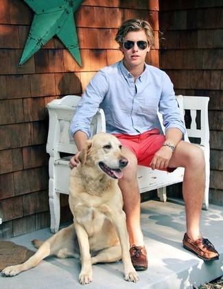 Wie kombinieren: hellblaues Langarmhemd, fuchsia Shorts, braune Leder Bootsschuhe, schwarze Sonnenbrille