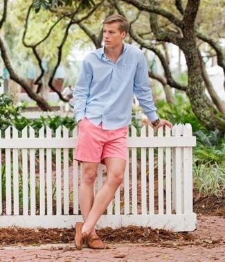 Wie kombinieren: hellblaues Langarmhemd, rosa Shorts, beige Leder Mokassins, braune Lederuhr