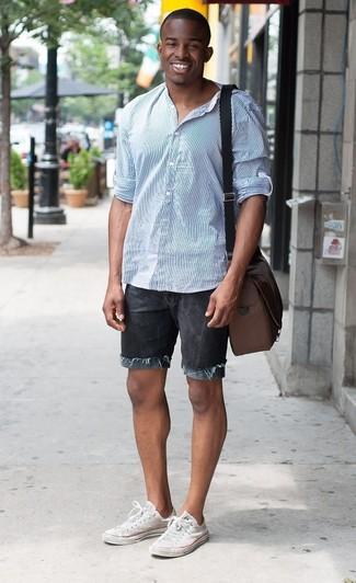 Hellblaues vertikal gestreiftes Langarmhemd kombinieren – 193 Herren Outfits: Entscheiden Sie sich für ein hellblaues vertikal gestreiftes Langarmhemd und schwarzen Jeansshorts, um mühelos alles zu meistern, was auch immer der Tag bringen mag. Weiße Segeltuch niedrige Sneakers sind eine perfekte Wahl, um dieses Outfit zu vervollständigen.