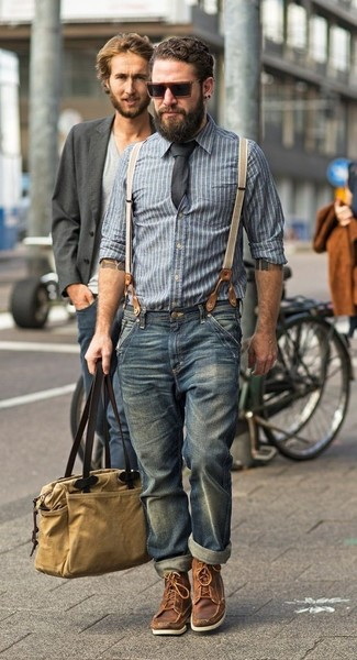 Wie kombinieren: blaues vertikal gestreiftes Chambray Langarmhemd, blaue Jeans, braune Lederarbeitsstiefel, beige Shopper Tasche aus Segeltuch