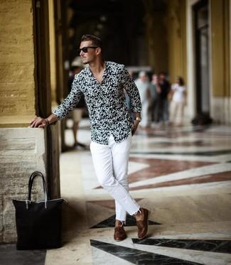 Wie kombinieren: schwarzes und weißes Langarmhemd mit Blumenmuster, weiße Jeans, braune Leder Bootsschuhe, schwarze Shopper Tasche aus Segeltuch
