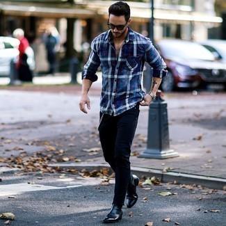 Silberne Uhr kombinieren: trends 2020: Vereinigen Sie ein dunkelblaues Flanell Langarmhemd mit Schottenmuster mit einer silbernen Uhr für einen entspannten Wochenend-Look. Fühlen Sie sich mutig? Wählen Sie schwarzen Chelsea-Stiefel aus Leder.