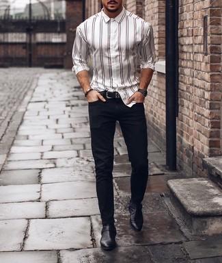 Weißes vertikal gestreiftes Langarmhemd kombinieren: trends 2020: Kombinieren Sie ein weißes vertikal gestreiftes Langarmhemd mit dunkelblauen Jeans für ein großartiges Wochenend-Outfit. Fühlen Sie sich mutig? Komplettieren Sie Ihr Outfit mit schwarzen Chelsea Boots aus Leder.