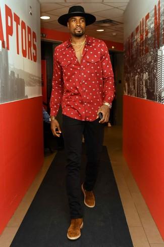 Wie kombinieren: rotes bedrucktes Langarmhemd, schwarze Jeans, braune Chelsea-Stiefel aus Wildleder, schwarzer Wollhut