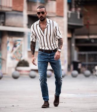 Weißes vertikal gestreiftes Langarmhemd kombinieren: Entscheiden Sie sich für ein weißes vertikal gestreiftes Langarmhemd und blauen Jeans für ein sonntägliches Mittagessen mit Freunden. Wählen Sie dunkelbraunen Chelsea-Stiefel aus Wildleder, um Ihr Modebewusstsein zu zeigen.