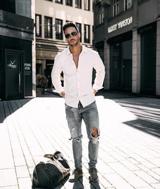 Wie kombinieren: weißes Langarmhemd, graue Jeans mit Destroyed-Effekten, graue Chukka-Stiefel aus Wildleder, dunkelbraune bedruckte Leder Reisetasche