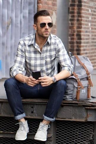 Silberne Uhr kombinieren: trends 2020: Für ein bequemes Couch-Outfit, entscheiden Sie sich für ein graues Flanell Langarmhemd mit Karomuster und eine silberne Uhr. Putzen Sie Ihr Outfit mit grauen Chukka-Stiefeln aus Wildleder.