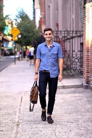Wie kombinieren: hellblaues Chambray Langarmhemd, dunkelblaue Jeans, dunkelbraune Leder Derby Schuhe, braune Shopper Tasche aus Leder