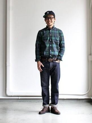 20 Jährige: Dunkelblaues und grünes Langarmhemd mit Schottenmuster kombinieren – 61 Herren Outfits: Kombinieren Sie ein dunkelblaues und grünes Langarmhemd mit Schottenmuster mit dunkelblauen Jeans, um einen lockeren, aber dennoch stylischen Look zu erhalten. Entscheiden Sie sich für dunkelbraunen Leder Derby Schuhe, um Ihr Modebewusstsein zu zeigen.