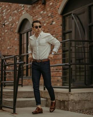 Smart-Casual Sommer Outfits Herren 2020: Kombinieren Sie ein weißes Langarmhemd mit dunkelblauen Jeans für ein sonntägliches Mittagessen mit Freunden. Fühlen Sie sich ideenreich? Wählen Sie braunen Leder Derby Schuhe. Der Look ist mega und passt toll zum Sommer.