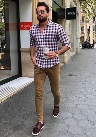 Beige Jeans kombinieren: trends 2020: Paaren Sie ein dunkelrotes Langarmhemd mit Vichy-Muster mit beige Jeans, um mühelos alles zu meistern, was auch immer der Tag bringen mag. Fühlen Sie sich mutig? Wählen Sie dunkelroten Doppelmonks aus Leder.