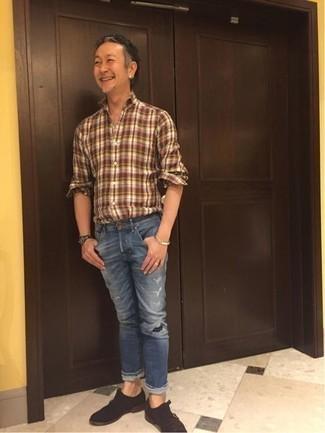 Herren Outfits & Modetrends 2020: Ein braunes Langarmhemd mit Schottenmuster und blaue Jeans mit Destroyed-Effekten sind eine perfekte Wochenend-Kombination. Putzen Sie Ihr Outfit mit dunkelbraunen Doppelmonks aus Wildleder.