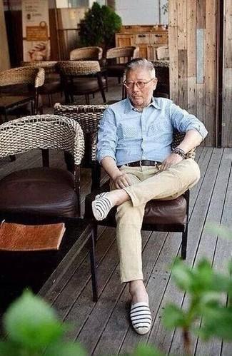 Beige Jeans kombinieren: trends 2020: Entscheiden Sie sich für ein hellblaues Langarmhemd mit Karomuster und beige Jeans für einen bequemen Alltags-Look. Komplettieren Sie Ihr Outfit mit dunkelblauen und weißen horizontal gestreiften Segeltuch Espadrilles.