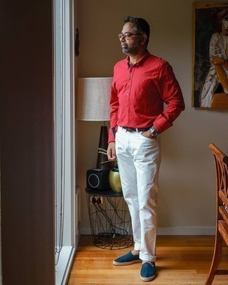 Rotes Langarmhemd kombinieren – 404 Herren Outfits: Kombinieren Sie ein rotes Langarmhemd mit weißen Jeans für ein sonntägliches Mittagessen mit Freunden. Dunkelblaue Segeltuch Espadrilles sind eine perfekte Wahl, um dieses Outfit zu vervollständigen.
