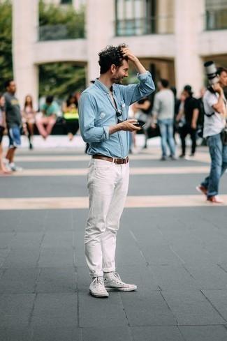 Weiße hohe Sneakers aus Segeltuch kombinieren: trends 2020: Kombinieren Sie ein hellblaues Chambray Langarmhemd mit weißen Jeans für ein sonntägliches Mittagessen mit Freunden. Fühlen Sie sich ideenreich? Ergänzen Sie Ihr Outfit mit weißen hohen Sneakers aus Segeltuch.