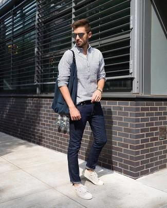 Wie kombinieren: weißes und dunkelblaues vertikal gestreiftes Leinen Langarmhemd, dunkelblaue Jeans, hellbeige Segeltuch niedrige Sneakers, dunkelblaue Shopper Tasche aus Segeltuch