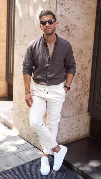 Weiße Jeans kombinieren: trends 2020: Die Kombination von einem dunkelbraunen Leinen Langarmhemd und weißen Jeans erlaubt es Ihnen, Ihren Freizeitstil klar und einfach zu halten. Ergänzen Sie Ihr Look mit weißen niedrigen Sneakers.