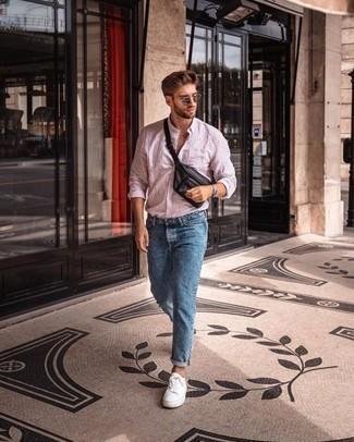 Schwarze Leder Bauchtasche kombinieren – 26 Herren Outfits: Für ein bequemes Couch-Outfit, paaren Sie ein rosa vertikal gestreiftes Langarmhemd mit einer schwarzen Leder Bauchtasche. Weiße Segeltuch niedrige Sneakers bringen Eleganz zu einem ansonsten schlichten Look.