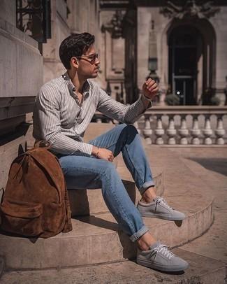 Herren Outfits 2020: Paaren Sie ein graues vertikal gestreiftes Langarmhemd mit blauen Jeans für einen bequemen Alltags-Look. Graue Wildleder niedrige Sneakers fügen sich nahtlos in einer Vielzahl von Outfits ein.