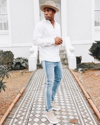 Hellbeige Segeltuch niedrige Sneakers kombinieren – 197 Herren Outfits: Kombinieren Sie ein weißes Langarmhemd mit hellblauen Jeans mit Destroyed-Effekten für einen entspannten Wochenend-Look. Wählen Sie hellbeige Segeltuch niedrige Sneakers, um Ihr Modebewusstsein zu zeigen.