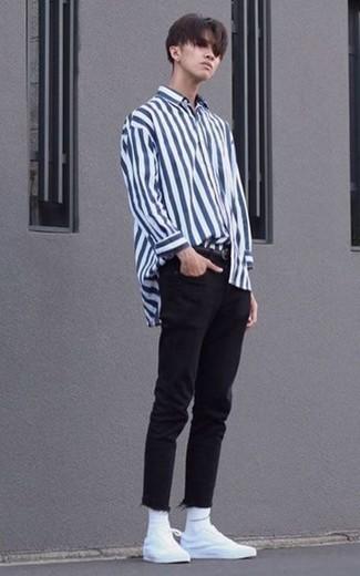 Schwarze Jeans kombinieren – 1200+ Herren Outfits: Kombinieren Sie ein weißes und dunkelblaues vertikal gestreiftes Langarmhemd mit schwarzen Jeans, um mühelos alles zu meistern, was auch immer der Tag bringen mag. Vervollständigen Sie Ihr Look mit weißen Segeltuch niedrigen Sneakers.