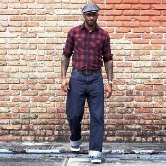 Graue Schiebermütze kombinieren – 270 Herren Outfits: Halten Sie Ihr Outfit locker mit einem roten und dunkelblauen Langarmhemd mit Vichy-Muster und einer grauen Schiebermütze. Fühlen Sie sich mutig? Vervollständigen Sie Ihr Outfit mit dunkelblauen und weißen Segeltuch niedrigen Sneakers.