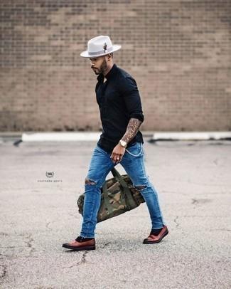 Schwarzes Langarmhemd kombinieren: trends 2020: Ein schwarzes Langarmhemd und blaue Jeans mit Destroyed-Effekten sind eine ideale Outfit-Formel für Ihre Sammlung. Fühlen Sie sich mutig? Wählen Sie dunkelroten Leder Oxford Schuhe.